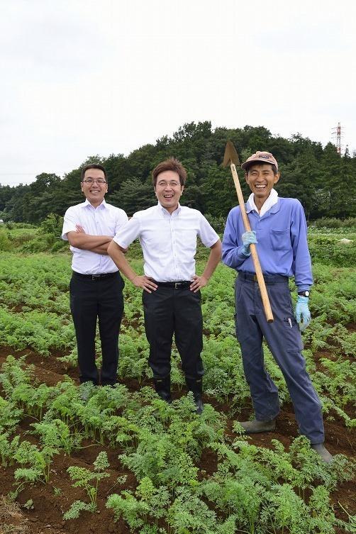 ニッコーがもつ農場にて。中央は代表取締役の山崎雅史氏。