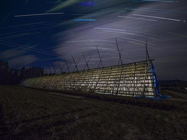 ストーブの灯と大根やぐら 寒い夜、大根やぐらの中ではストーブが焚かれる。中からボウッと光が漏れるのをイメージして撮影した。