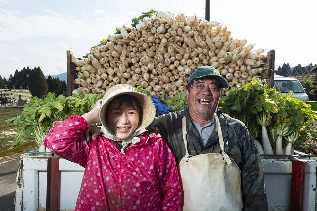 あんなに大きな大根やぐらが家族で支えられているのが驚きだ。谷口おさむさん夫妻。