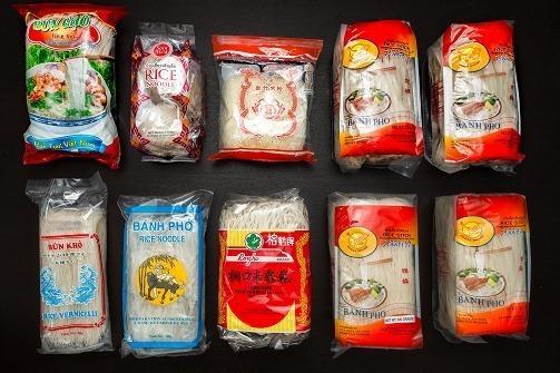 中国・ベトナム・タイから輸入されている米粉麺のごく一部。全部太さが違います。