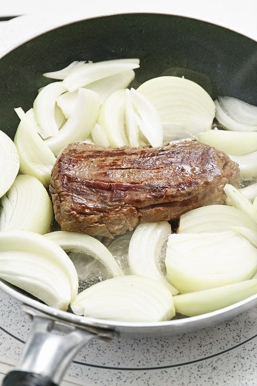 グラスフェッドビーフとラムを低温調理し、ココナッツオイルでコンフィ状にしたもの。焼き目をつけて食べたがとても美味しい。