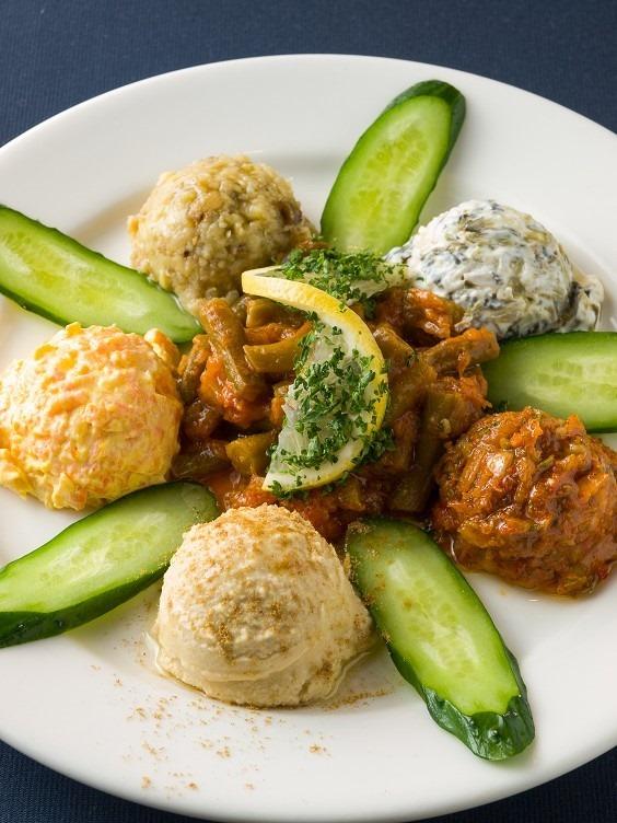 トルコ料理の前菜盛り合わせ「カルシュクメゼ」。一番手前にあるフムスだけではなく全て野菜メニューだ。